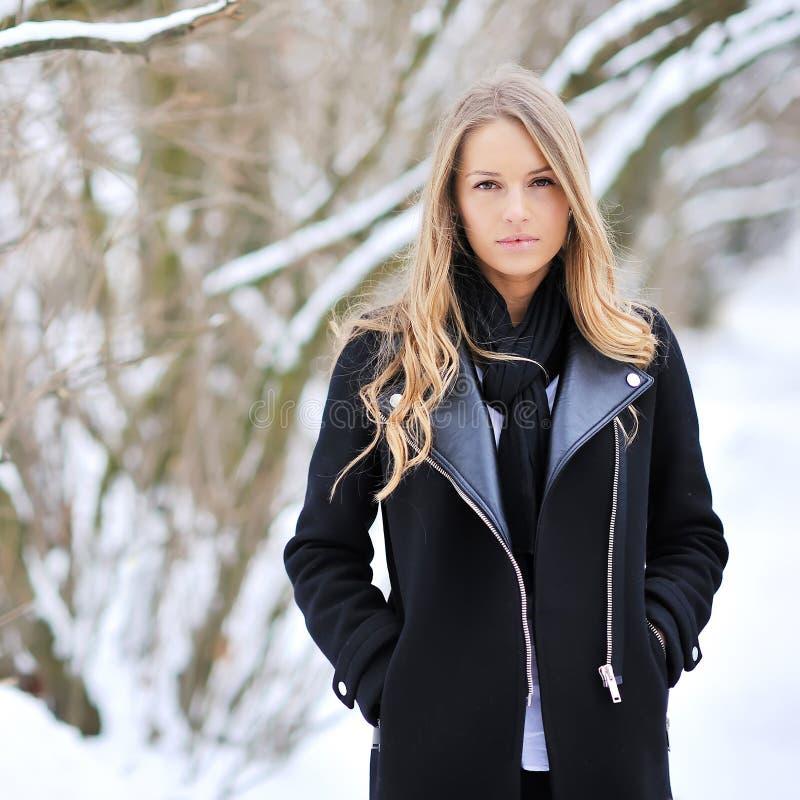 Muchacha hermosa en invierno fotografía de archivo libre de regalías