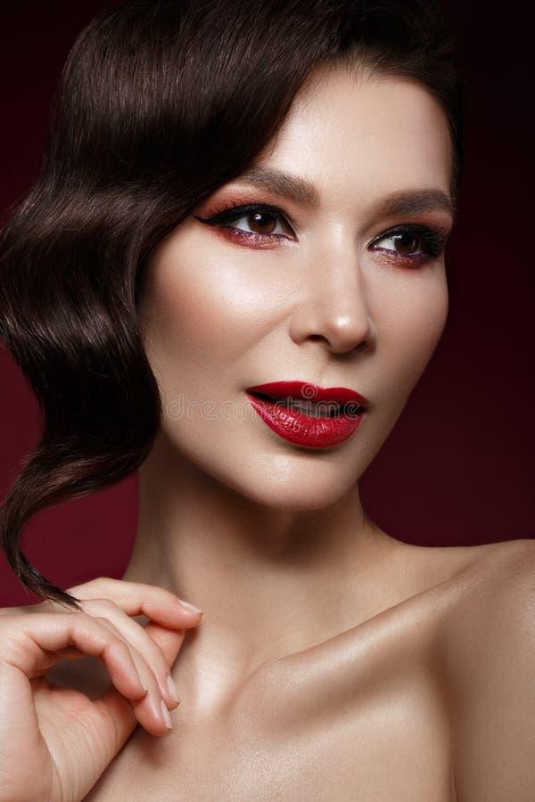 Muchacha hermosa en la imagen de Hollywood con el pelo de la onda y el maquillaje clásico Cara de la belleza imagen de archivo