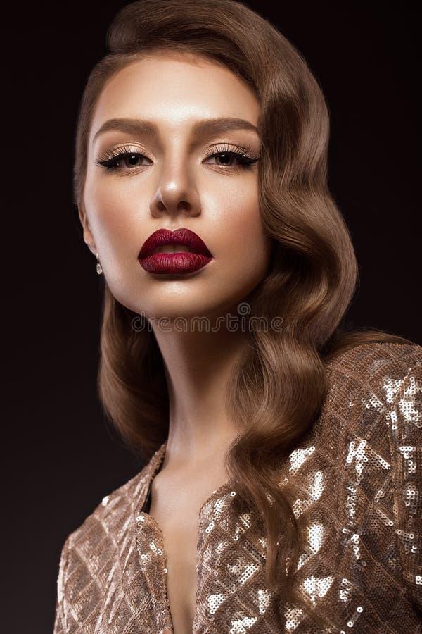 Muchacha hermosa en la imagen de Hollywood con la onda y el maquillaje clásico Cara de la belleza imagen de archivo
