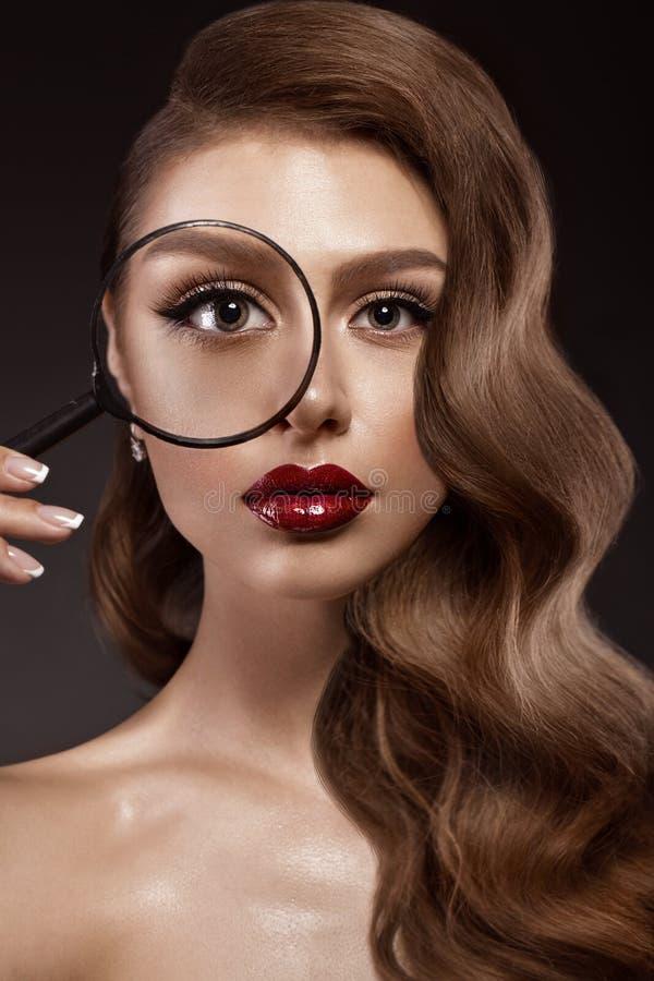 Muchacha hermosa en la imagen de Hollywood con la onda y el maquillaje clásico Cara de la belleza fotografía de archivo