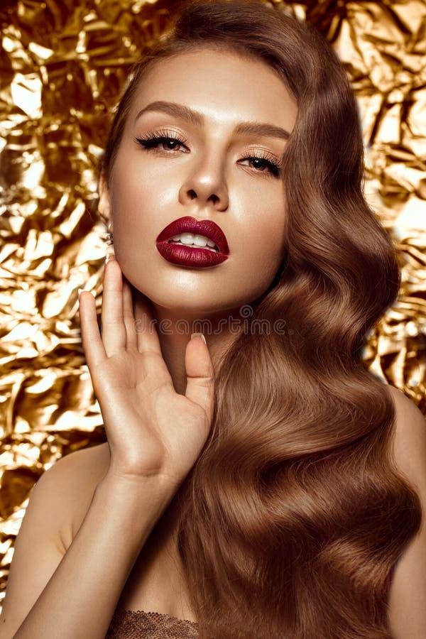 Muchacha hermosa en la imagen de Hollywood con la onda y el maquillaje clásico Cara de la belleza imagen de archivo libre de regalías