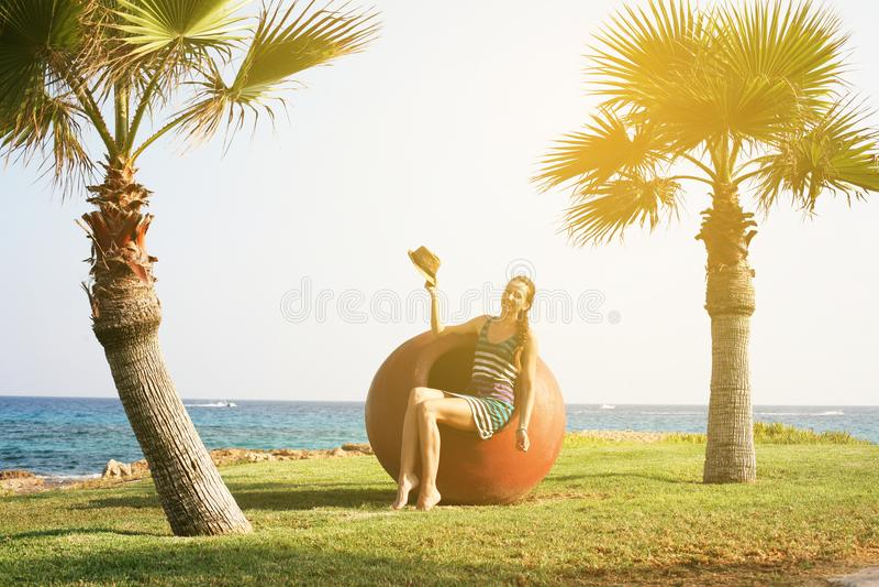 Muchacha hermosa en la playa cerca de la puesta del sol fotos de archivo libres de regalías