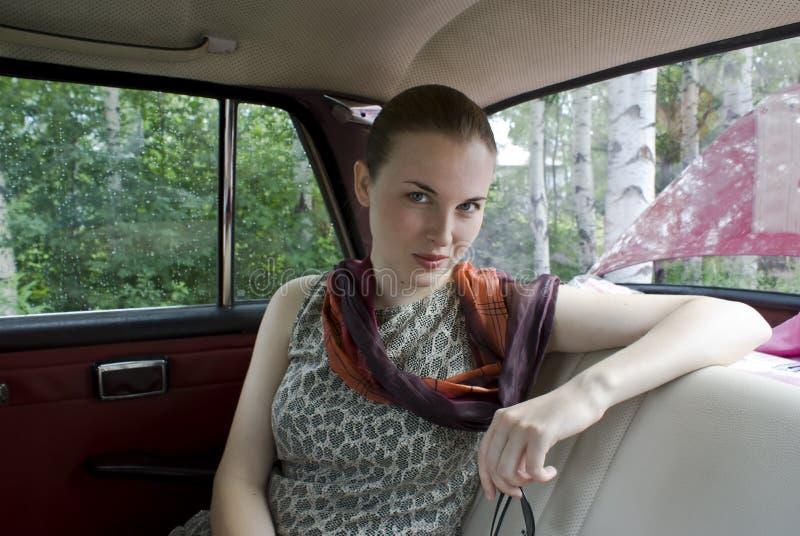 Muchacha hermosa en la sentada posterior del coche fotos de archivo libres de regalías