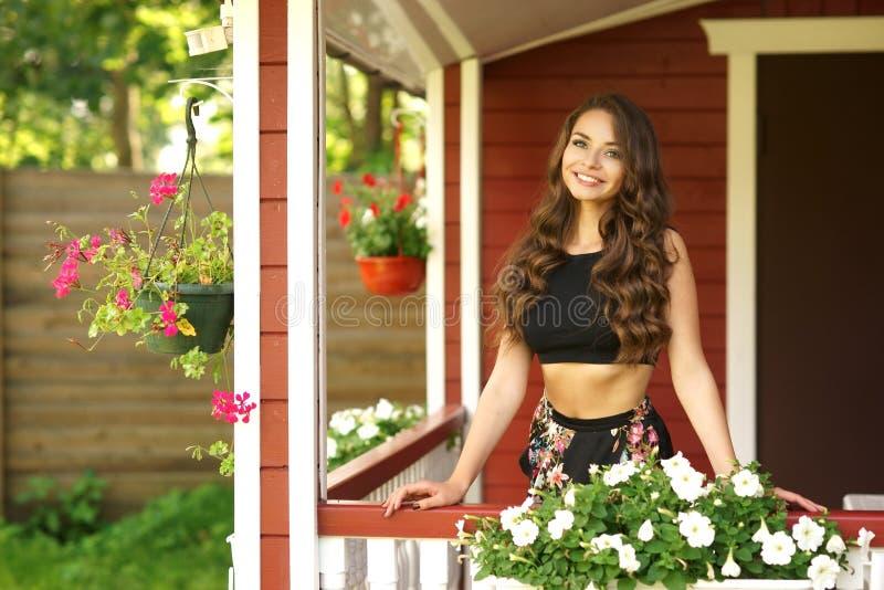 Muchacha hermosa en la terraza del verano imagenes de archivo