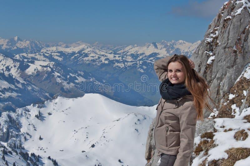 Muchacha hermosa en las altas montañas suizas Días de fiesta en las montañas Recepción a Suiza La alegría de la juventud imagen de archivo