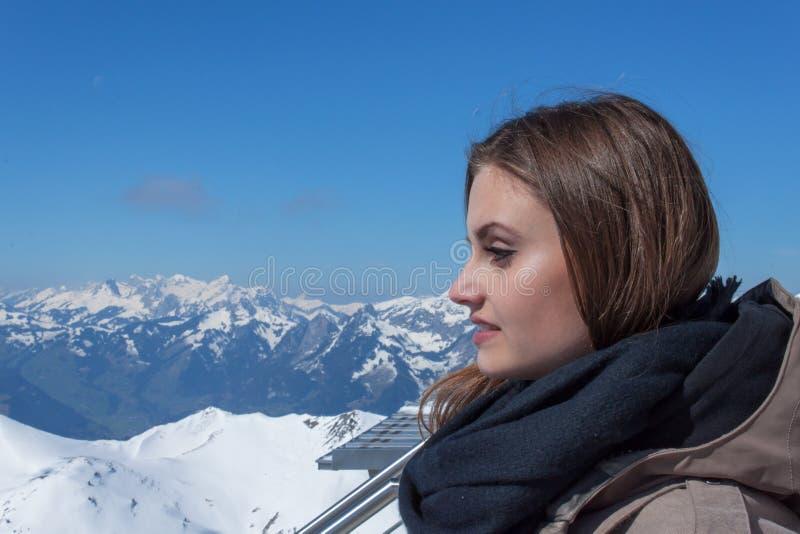 Muchacha hermosa en las altas montañas suizas Días de fiesta en las montañas Recepción a Suiza La alegría de la juventud imágenes de archivo libres de regalías
