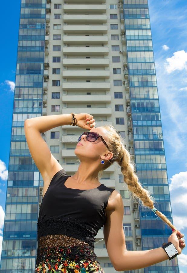 Download Muchacha Hermosa En Las Gafas De Sol Que Miran Para Arriba Imagen de archivo - Imagen de looking, lifestyles: 41917477