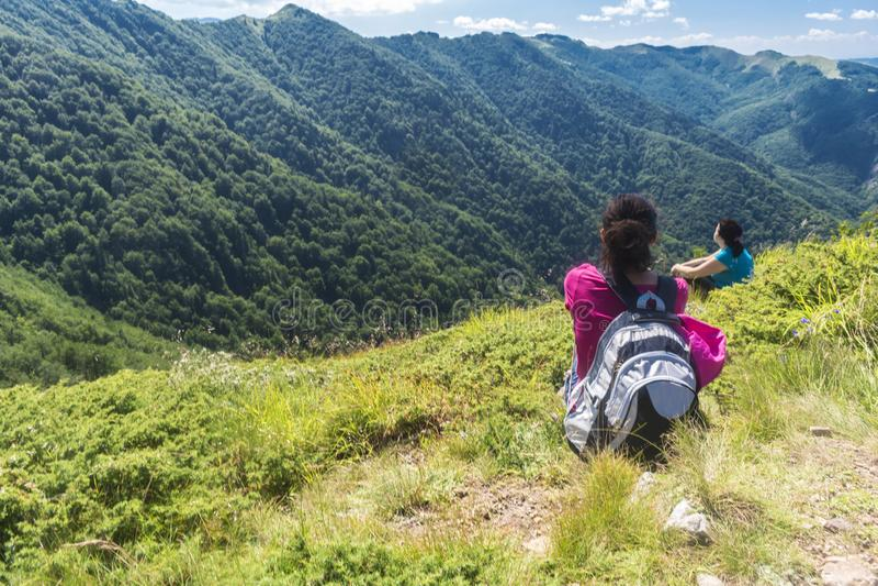 Muchacha hermosa en las montañas Una vista increíble del Troyan Balcan La montaña cautiva con su belleza, aire fresco, a fotografía de archivo libre de regalías