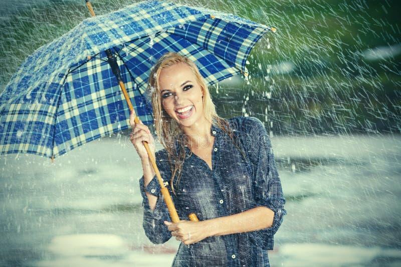 Muchacha hermosa en lluvia. fotos de archivo