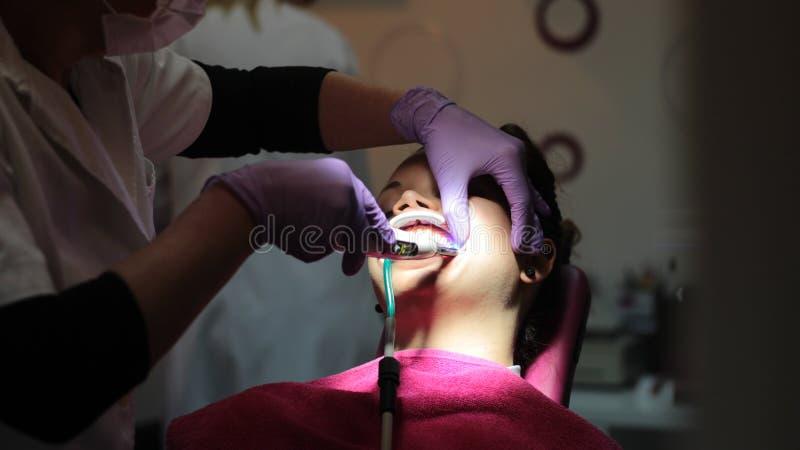 Muchacha hermosa en oficina dental fotografía de archivo