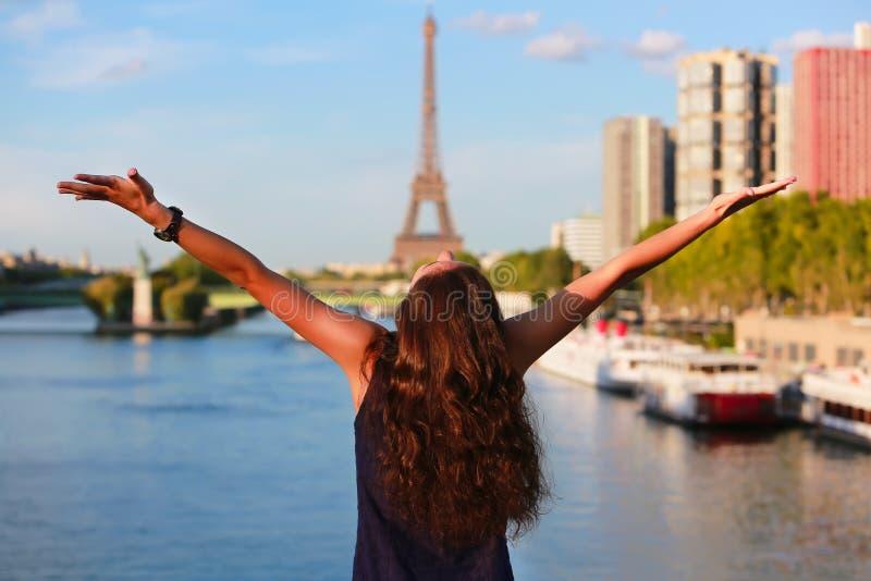 Muchacha hermosa en París fotos de archivo