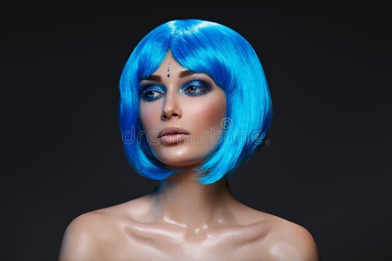 Muchacha hermosa en peluca azul foto de archivo libre de regalías