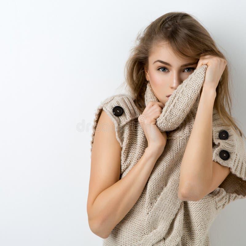 Muchacha hermosa en suéter largo fotos de archivo