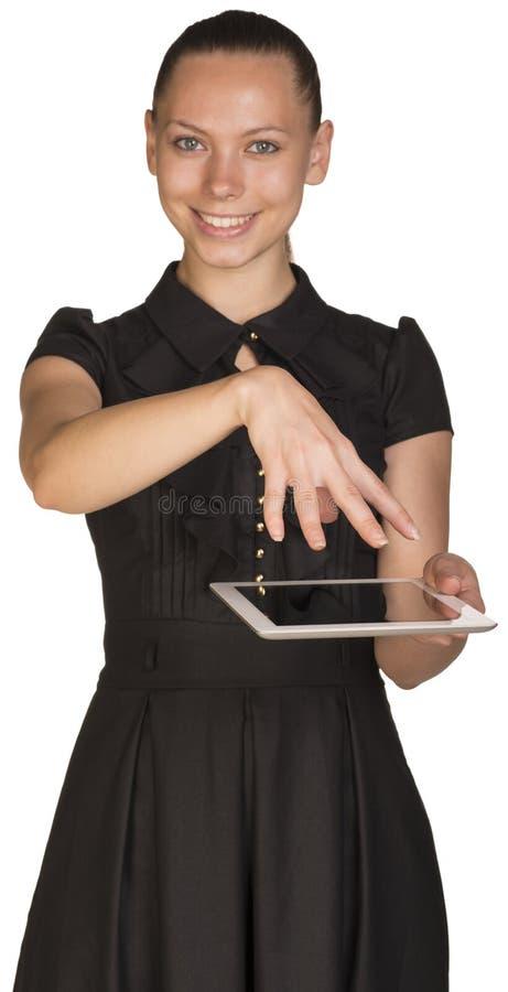 Muchacha hermosa en tableta y cubiertas de la tenencia del vestido imagen de archivo