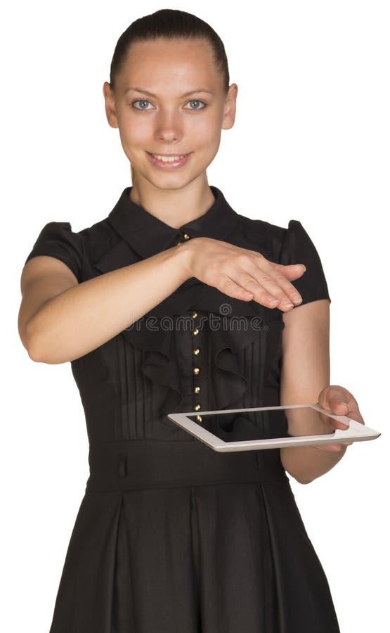Muchacha hermosa en tableta y cubiertas de la tenencia del vestido fotos de archivo libres de regalías