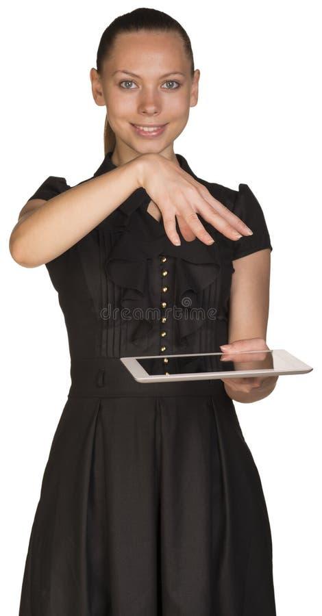 Muchacha hermosa en tableta y cubiertas de la tenencia del vestido fotos de archivo