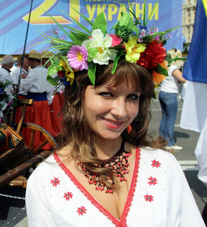 Muchacha hermosa en traje ucraniano foto de archivo libre de regalías