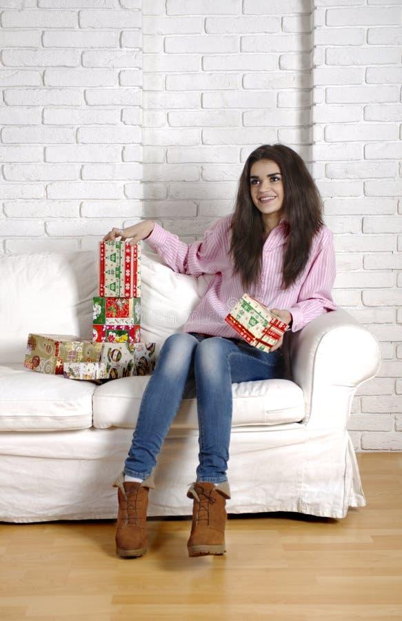 Muchacha hermosa en un sofá blanco imágenes de archivo libres de regalías