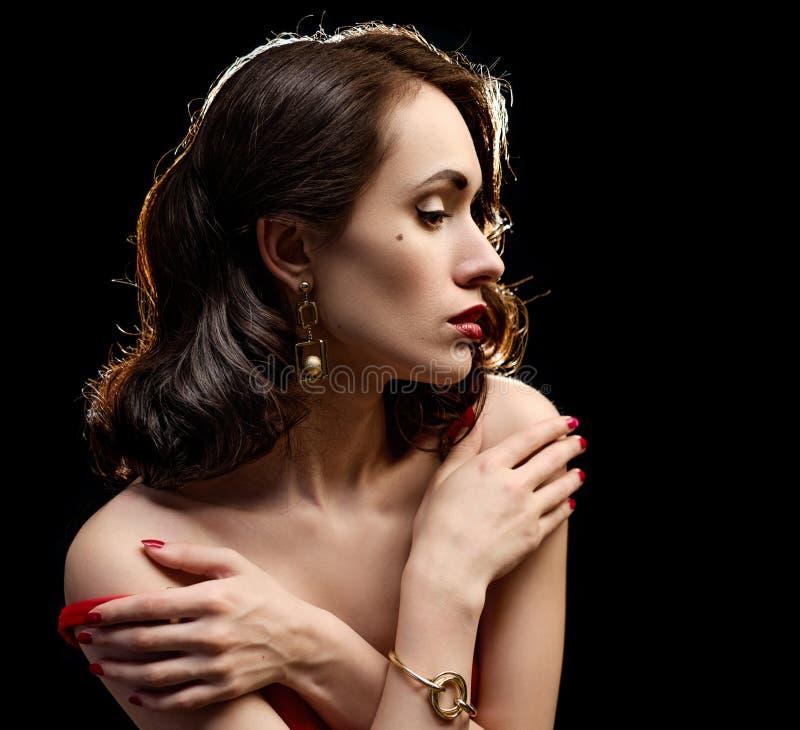Muchacha hermosa en un vestido rojo en un fondo negro imágenes de archivo libres de regalías