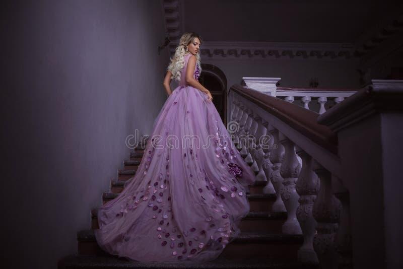 Muchacha hermosa en una alineada púrpura imagen de archivo libre de regalías