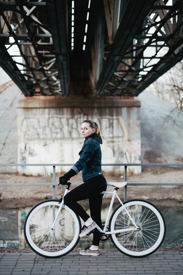 Muchacha hermosa en una bicicleta urbana imágenes de archivo libres de regalías