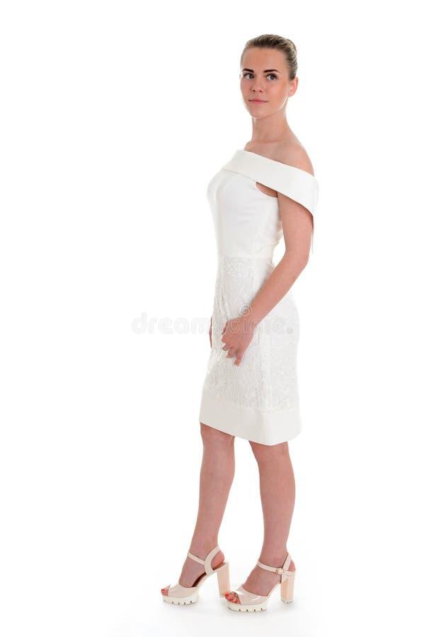 Muchacha hermosa en vestido hermoso en el fondo blanco foto de archivo