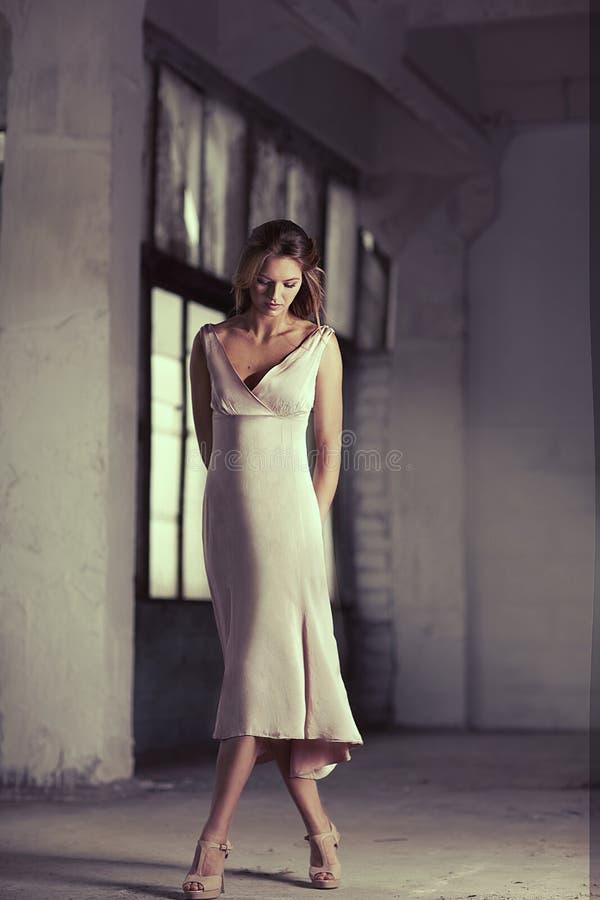 Muchacha hermosa en vestido rosado elegante imagenes de archivo