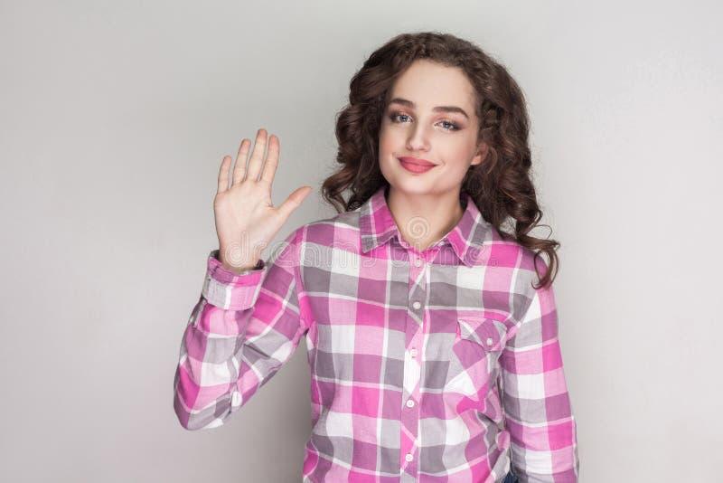 Muchacha hermosa feliz con la camisa a cuadros rosada, peinado rizado fotos de archivo libres de regalías