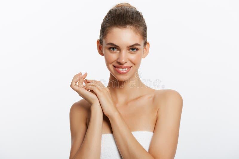 Muchacha hermosa feliz que lleva a cabo encendido el lado con una risa Expresiones faciales expresivas Cosmetología y BALNEARIO foto de archivo libre de regalías