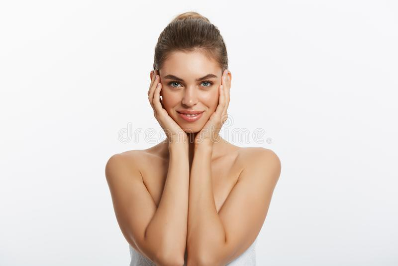 Muchacha hermosa feliz que sostiene sus mejillas con una risa que mira al lado Expresiones faciales expresivas Cosmetología y imágenes de archivo libres de regalías