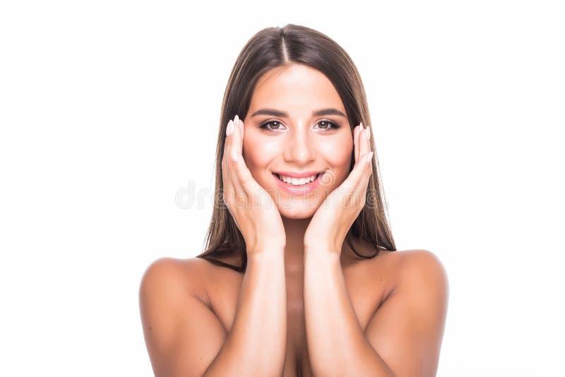 Muchacha hermosa feliz que sostiene sus mejillas con una risa que mira al lado Expresiones faciales expresivas Cosmetología y BAL imagen de archivo libre de regalías
