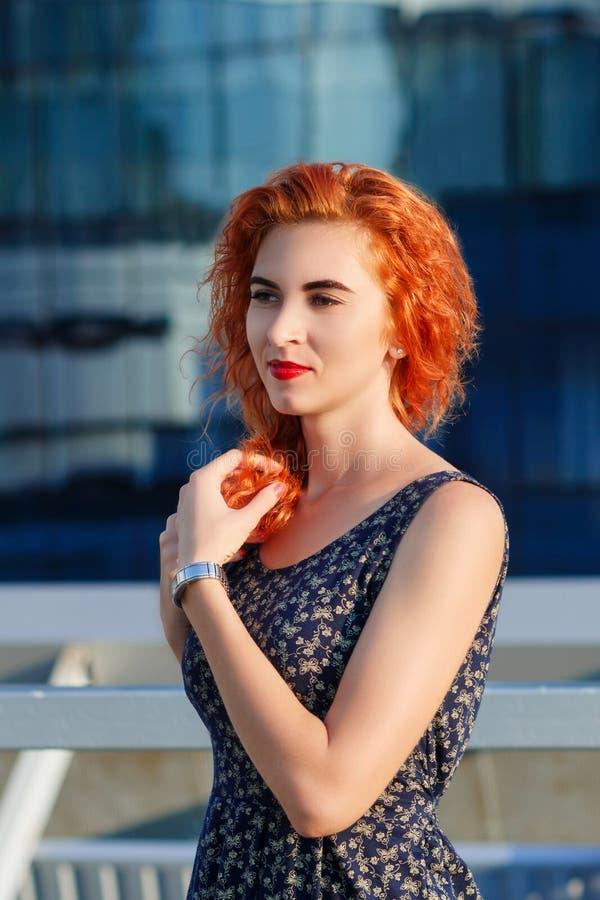 Muchacha hermosa joven con aspecto hermoso Mujer pelirroja con una cara bonita en la puesta del sol El encantar, retrato sonrient imagenes de archivo