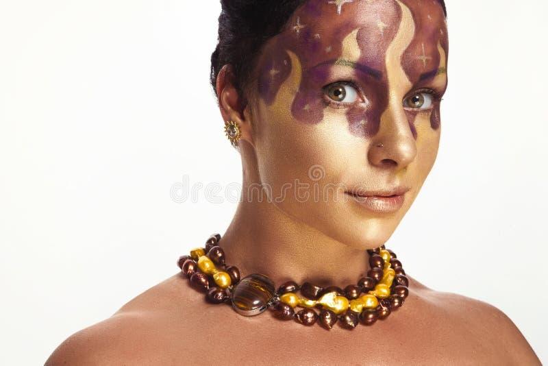 Muchacha hermosa joven con el peinado asimétrico en diseño de la joyería fotos de archivo