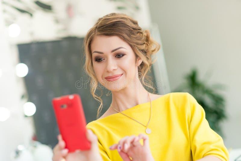 Muchacha hermosa joven con el pelo rizado y el maquillaje fotografía de archivo