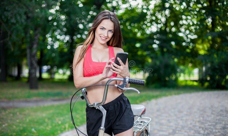 Muchacha hermosa joven con la bici fotos de archivo