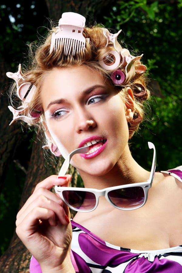 Muchacha hermosa joven con las gafas de sol fotos de archivo