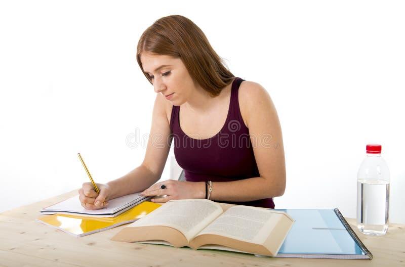 Muchacha hermosa joven del estudiante universitario que estudia confiado y positivo felices fotos de archivo libres de regalías