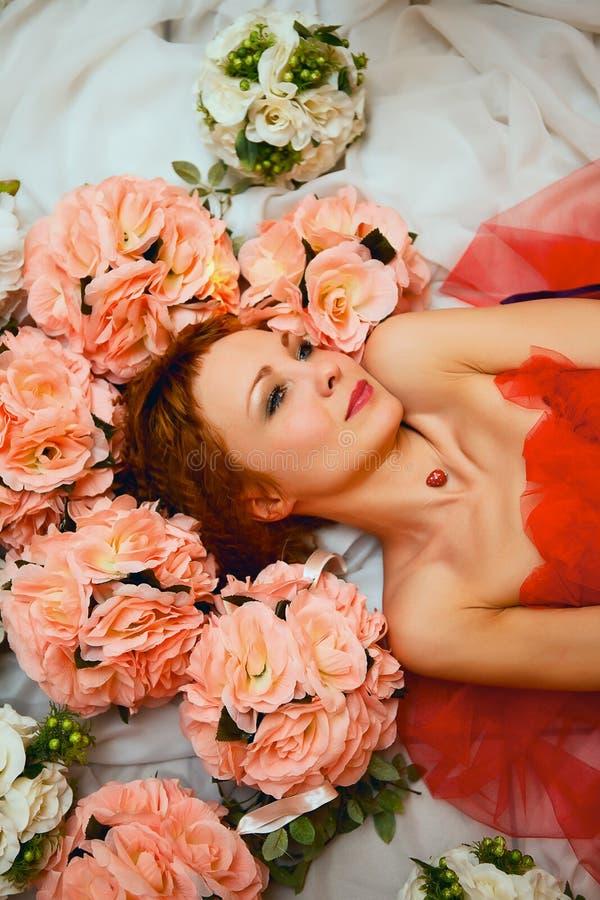 Muchacha hermosa joven en la cabeza en los colores rojos imagen de archivo