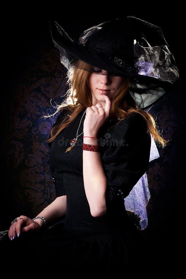 Muchacha hermosa joven en la imagen de brujas fotografía de archivo