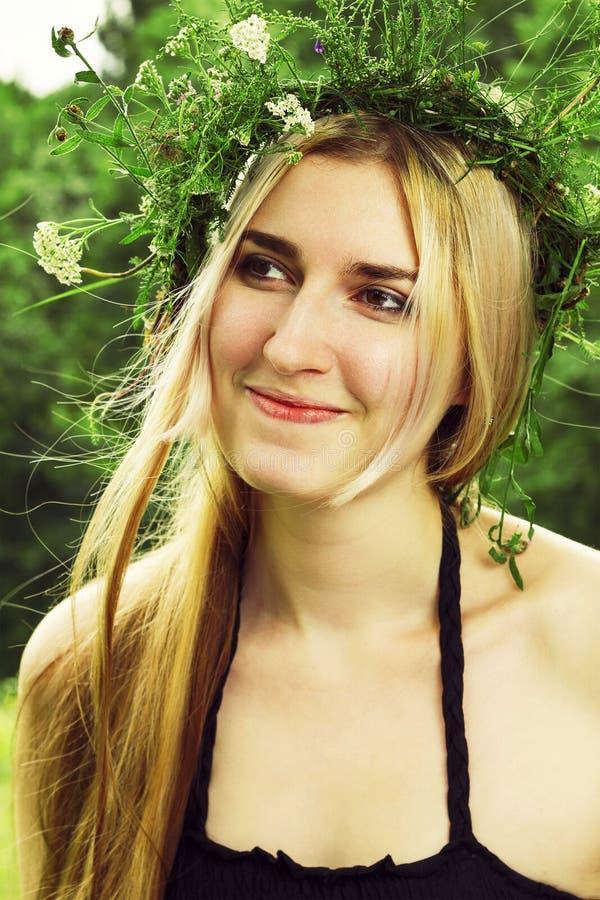 Muchacha hermosa en la sonrisa del bosque del verano fotos de archivo libres de regalías