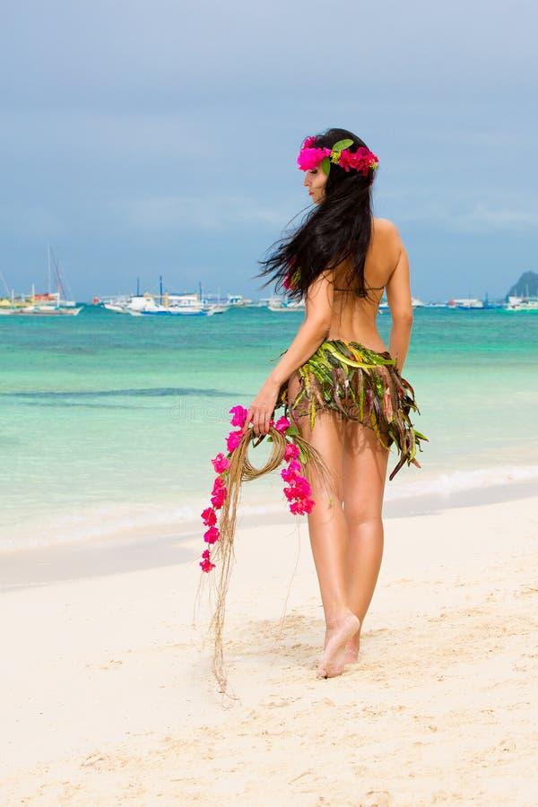 Muchacha hermosa joven en un bikini de flores en el beac tropical foto de archivo