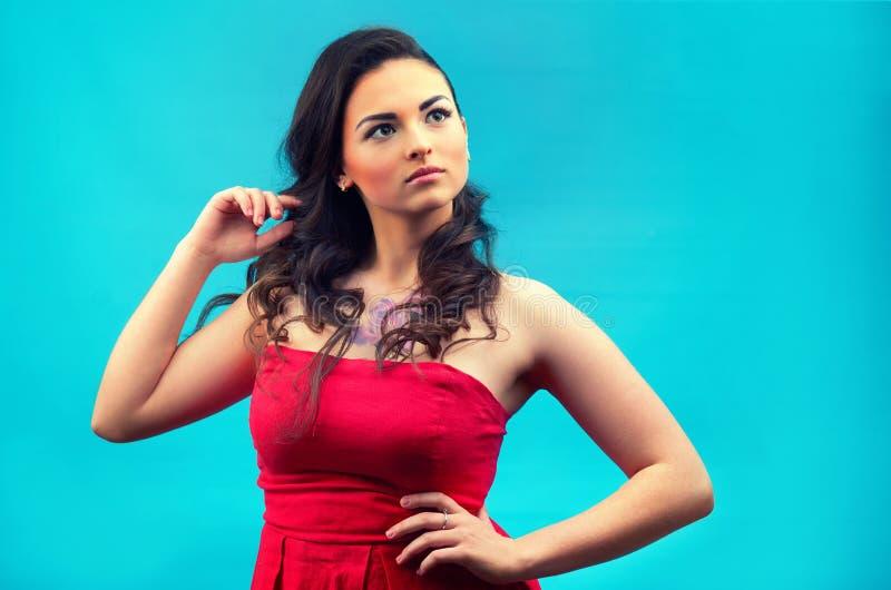 Muchacha hermosa joven en vestido rojo, con maquillaje, imagenes de archivo