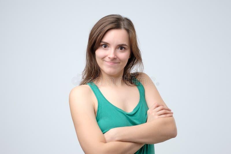Muchacha hermosa joven feliz alegre que mira la sonrisa de la c?mara imagen de archivo
