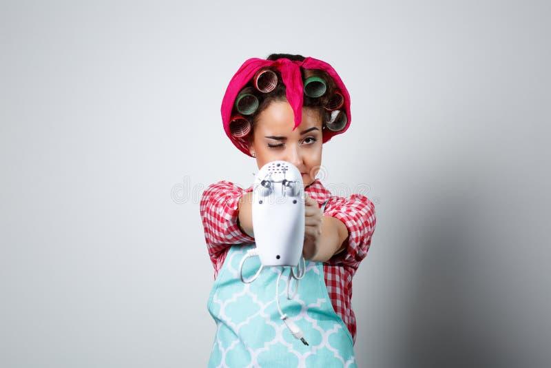 Muchacha hermosa joven que sostiene el mezclador imagen de archivo libre de regalías