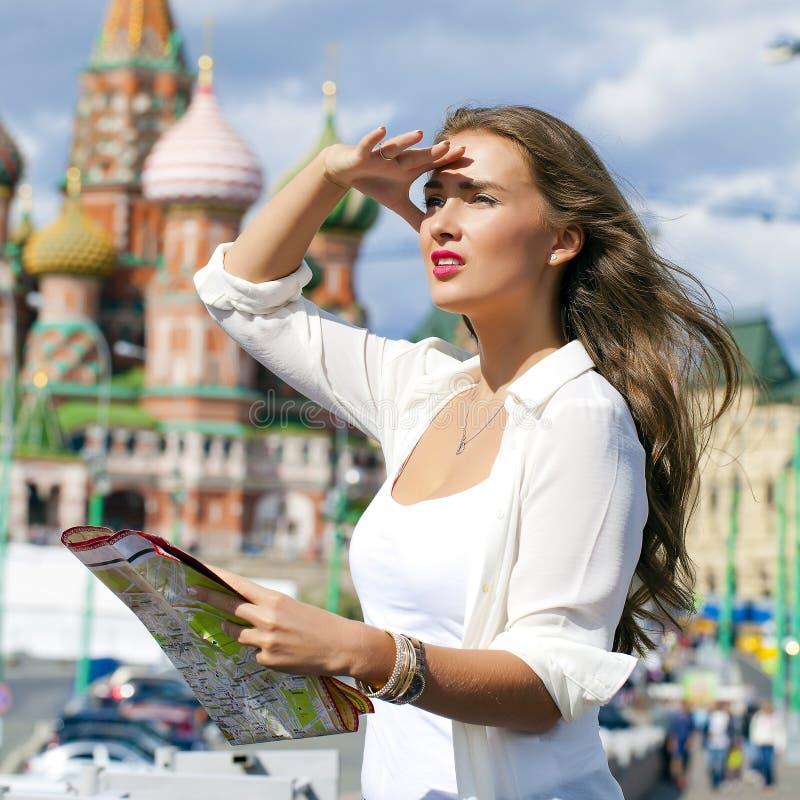 Muchacha hermosa joven que sostiene un mapa turístico de Moscú fotos de archivo libres de regalías