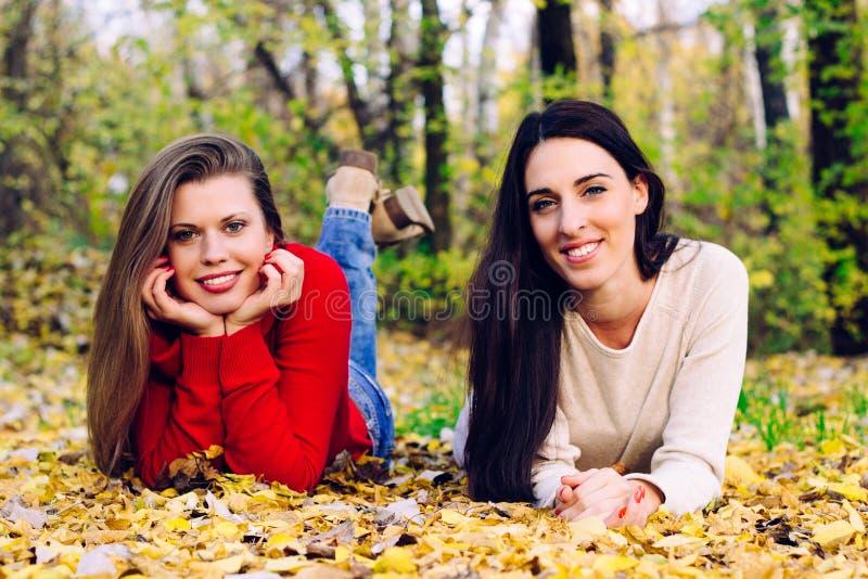 Muchacha hermosa joven sonriente que disfruta del día del otoño imagen de archivo libre de regalías