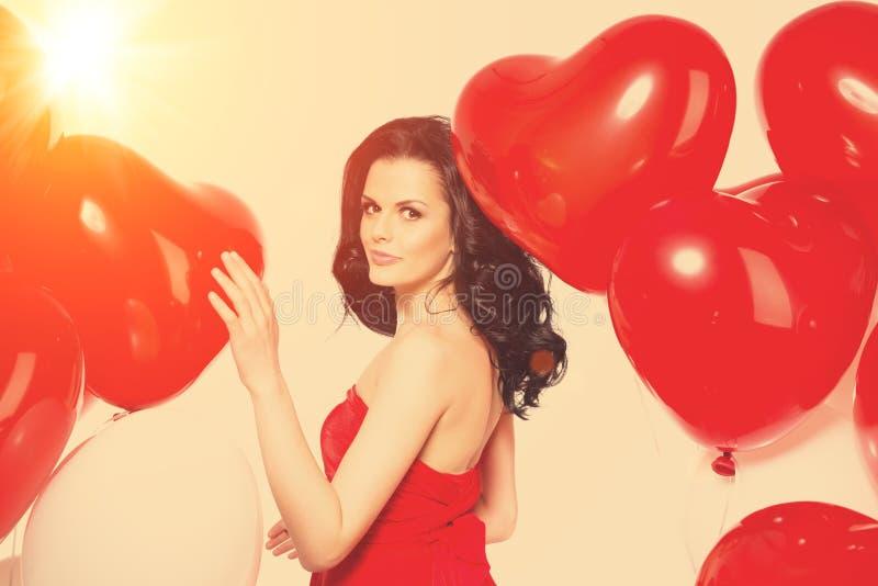 Muchacha hermosa, modelo de moda elegante con los globos en la forma foto de archivo