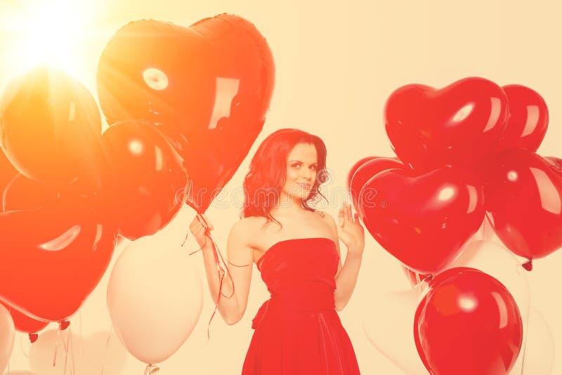 Muchacha hermosa, modelo de moda elegante con los globos en la forma foto de archivo libre de regalías