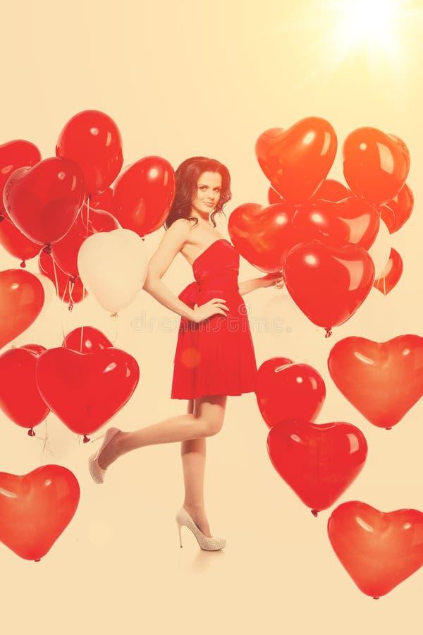 Muchacha hermosa, modelo de moda elegante con los globos en la forma fotos de archivo