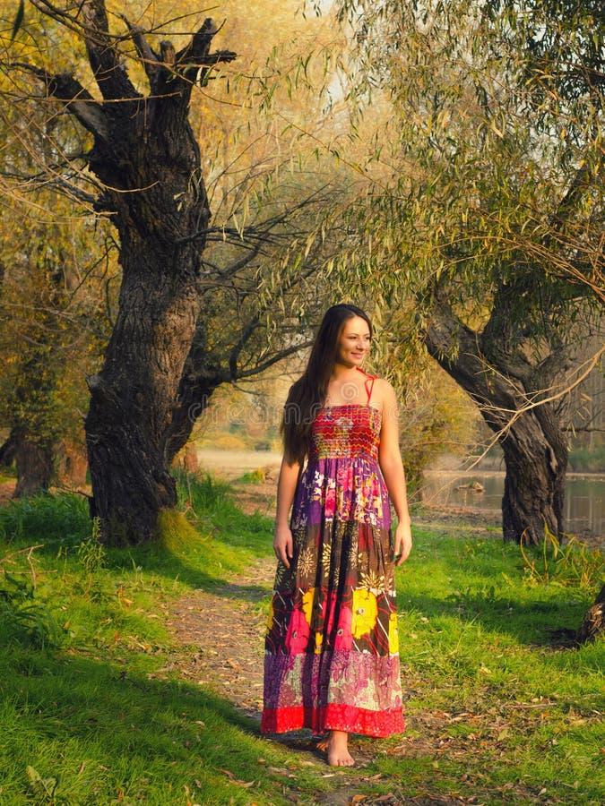 Muchacha hermosa que camina descalzo en la naturaleza de la primavera fotografía de archivo libre de regalías